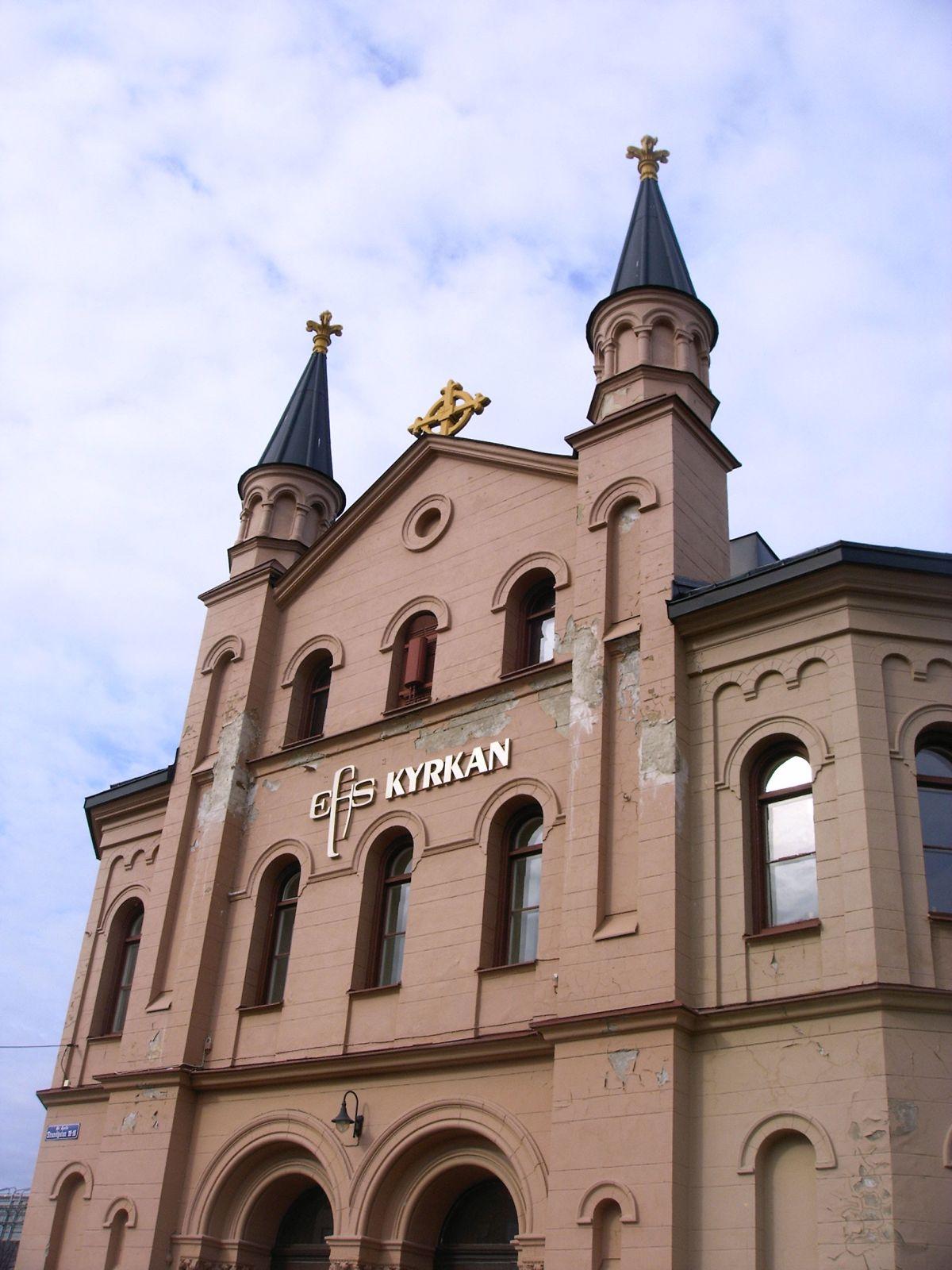 Kirche nahe dem Bahnhof - sehr einladend